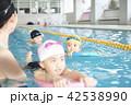 スイミング コーチと子供 42538990