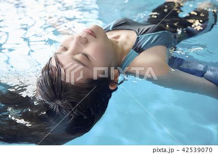 泳ぐ女性 イメージカットの写真素材 [42539070] - PIXTA