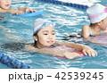 スイミング 泳ぐ子供 42539245