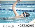 スイミング 泳ぐ子供 42539295