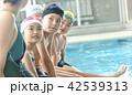 スイミング コーチと子供 42539313