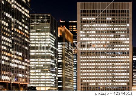 夜のオフィスビル 42544012