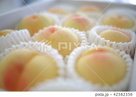 箱詰めされた白桃 perming 写真素材 42562356