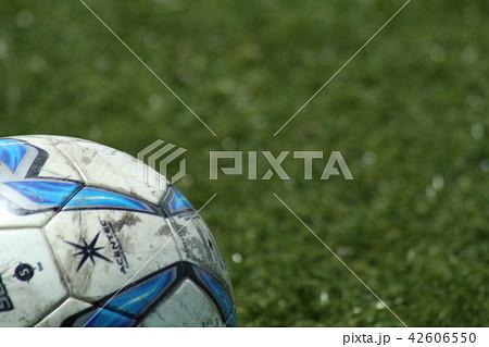 人工芝に転がるサッカーボール 42606550