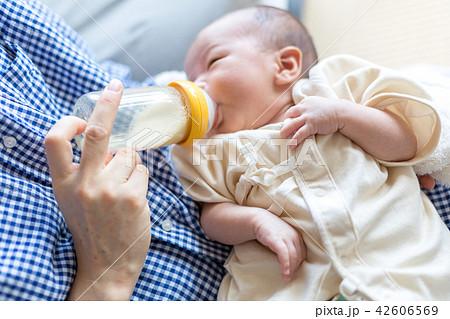 新生児 授乳 42606569