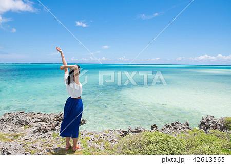 沖縄の海と女性 一人旅  42613565