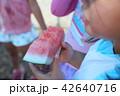 スイカを食べる子供の手元 42640716