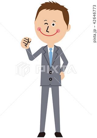 ポップなグレーのスーツの短髪ビジネスマンがガッツポーズ 42646773