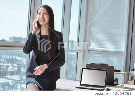 Businessperson at office alone leaning on table having conversat 42654763