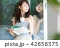 人物 喫茶店 女性の写真 42658375