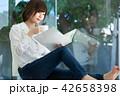 人物 喫茶店 女性の写真 42658398