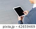 タブレットを操作するビジネスマン 42659469