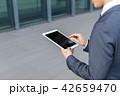 スマートフォンを操作するビジネスマン 42659470