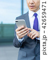スマートフォンを操作するビジネスマン 42659471