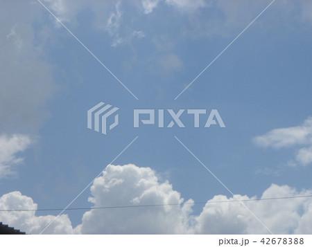 稲毛海岸の上青空と白い雲 42678388