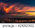 夕暮れ時の壮大な雲とシンガポールのコンテナターミナル 42692302