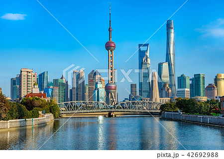 中国・上海の摩天楼と東方明珠電視塔 42692988
