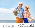 旅行をするシニア夫婦 南国リゾート 42711168