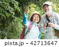 バードウォッチング シニア夫婦 ハイキングの写真 42713647