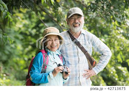 バードウォッチングをする日本人シニア夫婦 42713675