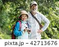 バードウォッチングをする日本人シニア夫婦 42713676