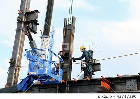 鉄骨の柱設置 42717390