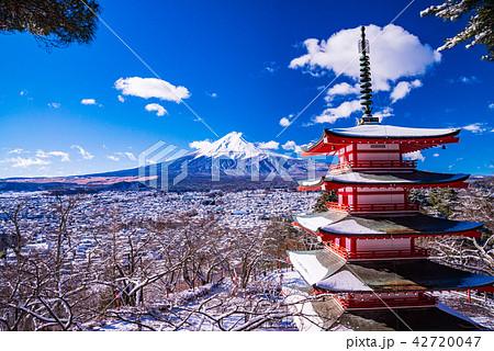(山梨県)降雪のあった新倉山浅間公園、忠霊塔と富士山 42720047