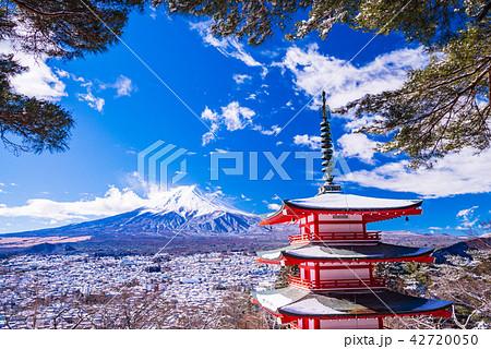 (山梨県)降雪のあった新倉山浅間公園、忠霊塔と富士山 42720050
