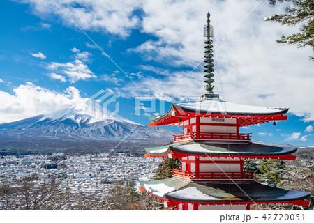(山梨県)降雪のあった新倉山浅間公園、忠霊塔と富士山 42720051