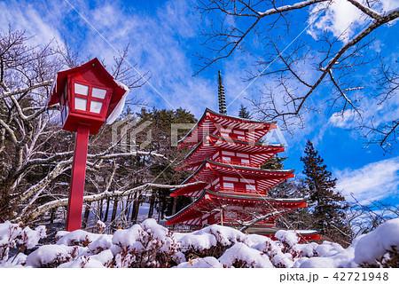 (山梨県)降雪のあった新倉山浅間公園、忠霊塔 42721948