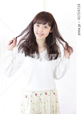 若い女性 ヘアスタイル 42724719