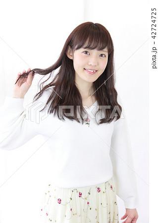 若い女性 ヘアスタイル 42724725