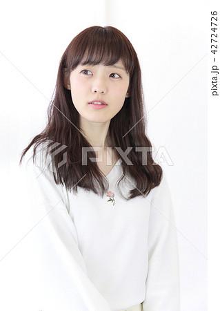 若い女性 ヘアスタイル 42724726