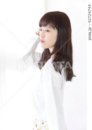 若い女性 ヘアスタイル 42724744