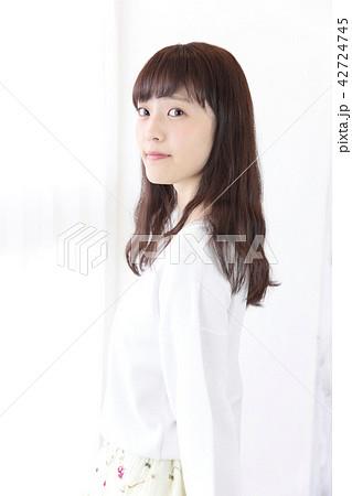 若い女性 ヘアスタイル 42724745