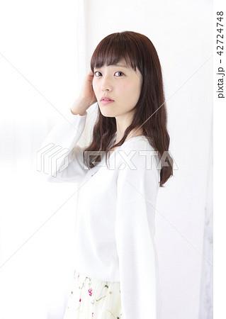 若い女性 ヘアスタイル 42724748