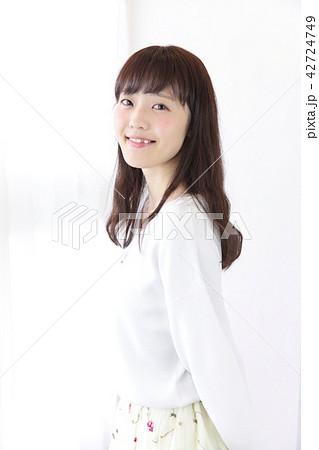若い女性 ヘアスタイル 42724749