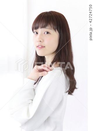 若い女性 ヘアスタイル 42724750