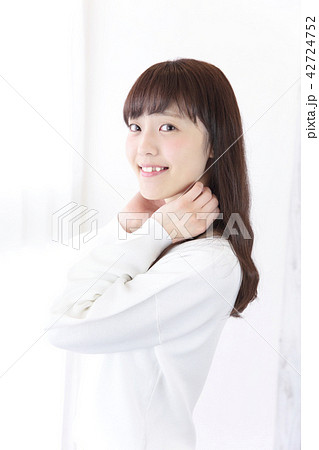 若い女性 ヘアスタイル 42724752