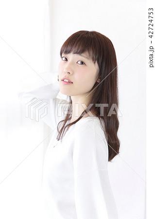 若い女性 ヘアスタイル 42724753