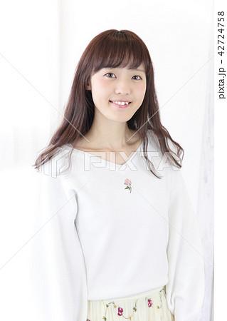 若い女性 ヘアスタイル 42724758
