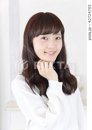 若い女性 ヘアスタイル 42724765