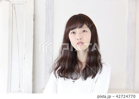 若い女性 ヘアスタイル 42724770