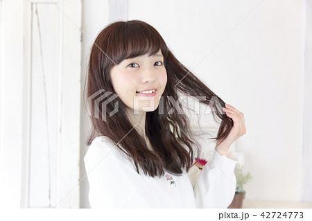 若い女性 ヘアスタイル 42724773