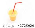 オレンジスムージーの入った飲み物のプラスチック容器とストロー 42725929