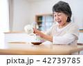 シニア お茶 食卓の写真 42739785