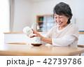 シニア お茶 食卓の写真 42739786