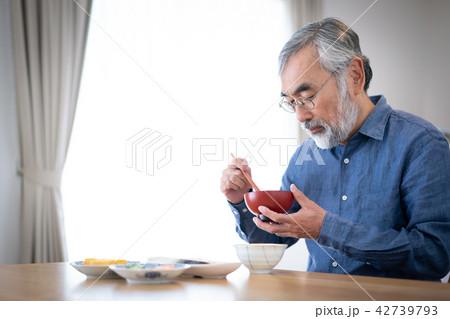 シニア 食事 1人暮らし 42739793