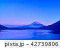 本栖湖 紅富士 富士山の写真 42739806