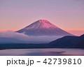 本栖湖 紅富士 富士山の写真 42739810